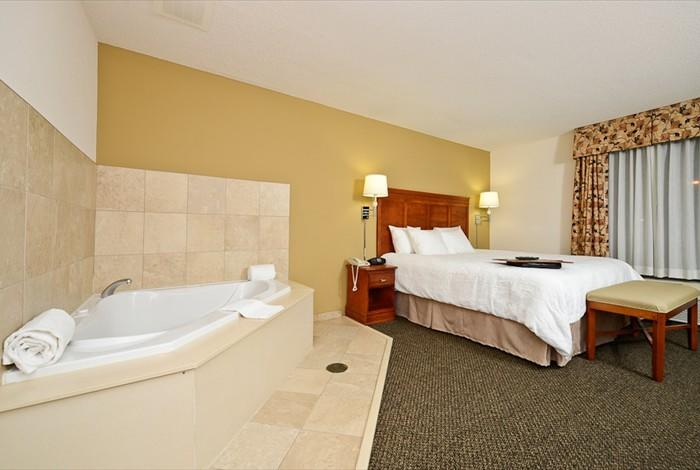 HOT-TUB-SUITES-FOR-COUPLES-IN-INDIANA