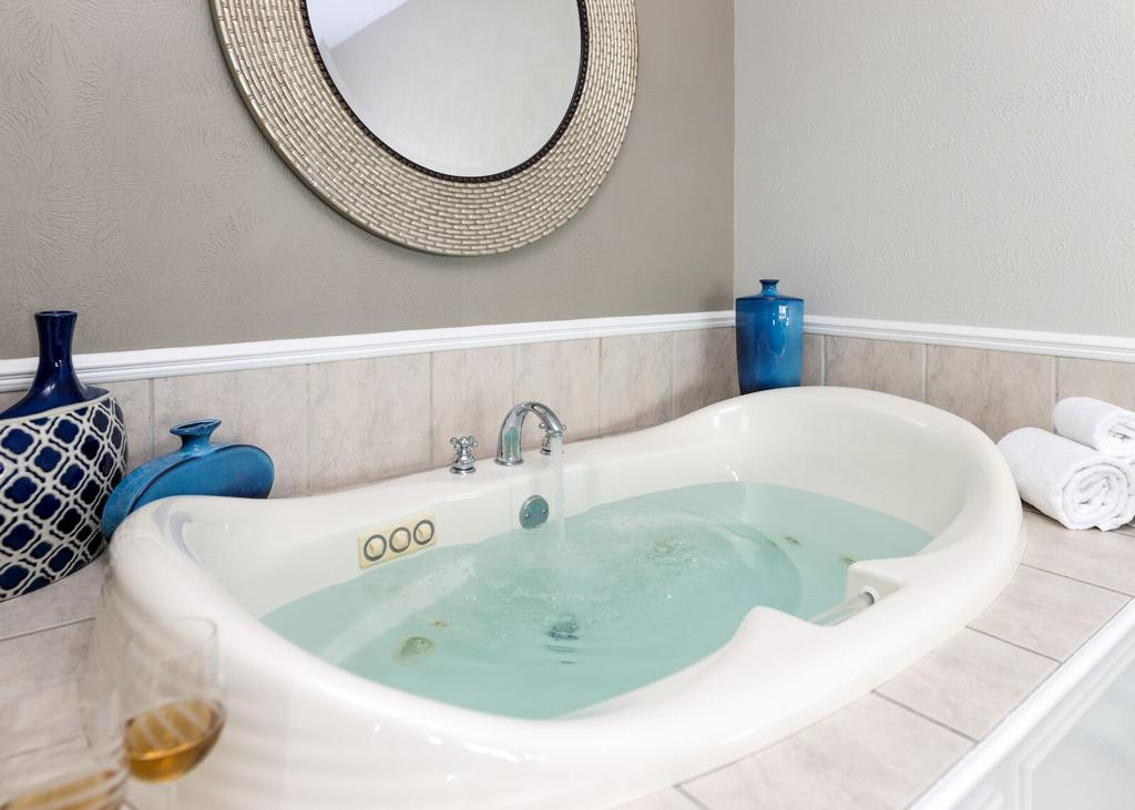 Hotel Hot Tub Suites with Private In Room Jacuzzi, Whirlpool or Jetted Spa