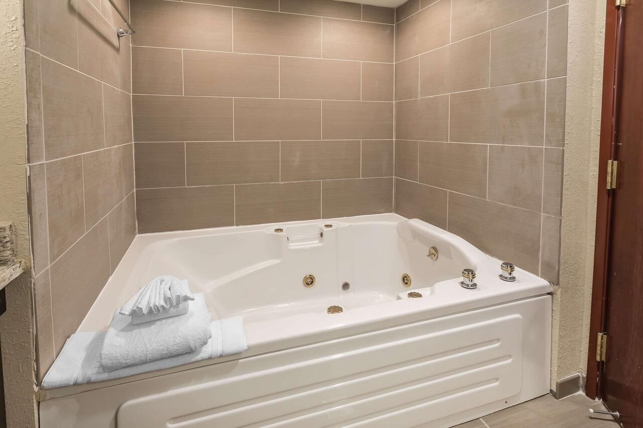 Hotels with Hot Tubs in room in Michigan