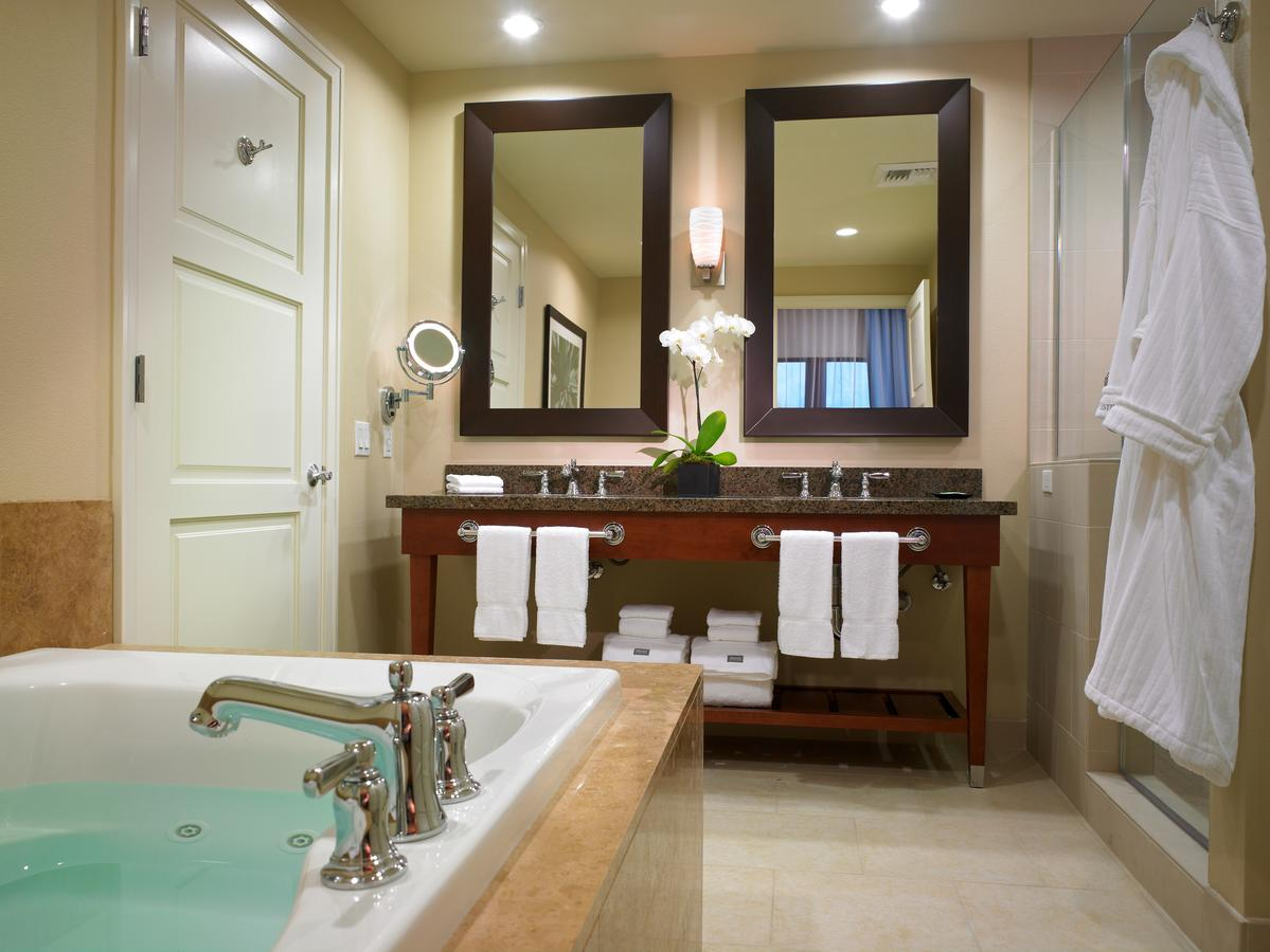 PALM SPRINGS AREA SUITES WITH A JACUZZI TUB