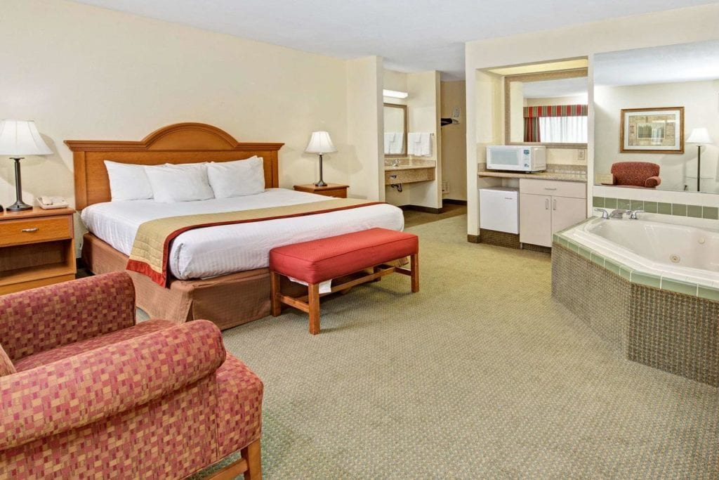 Hotels with Jacuzzi in room in Indianapolis: Romantic Hot Tub Suites!