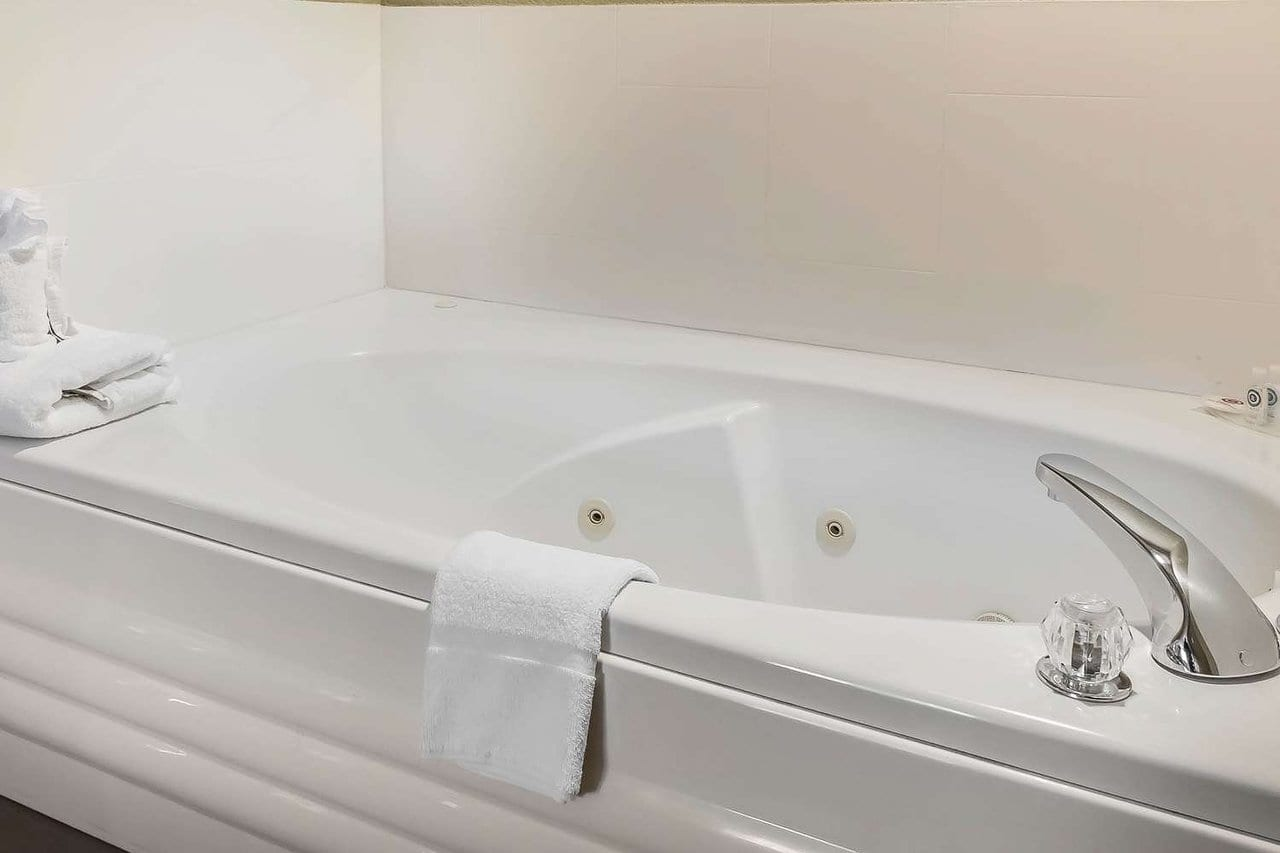 king-suite-with-whirlpool-spa