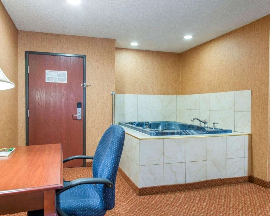 Hotels in Connecticut with Jacuzzi in Room: Hot tub and Whirlpool Suites