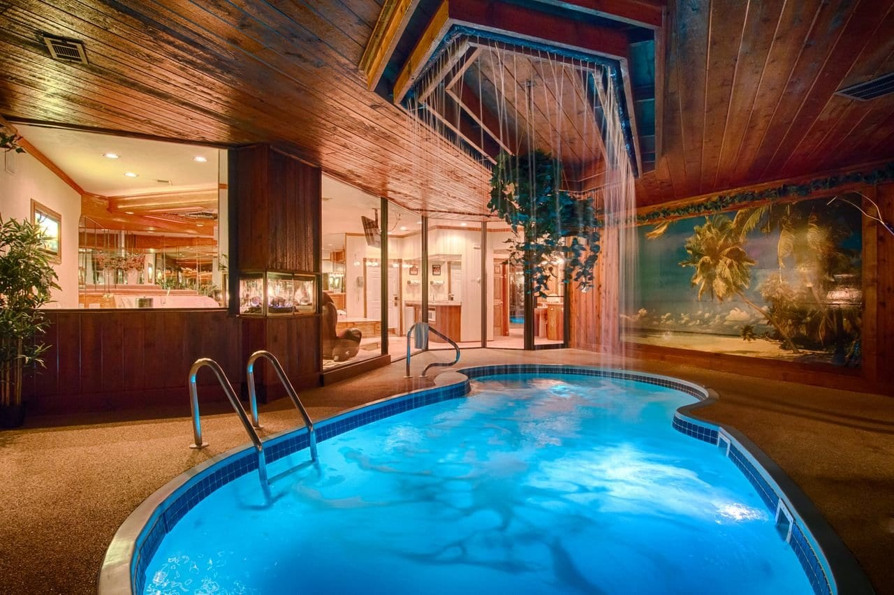 majestic-swimming-pool-wisconsin-hotels-woith-plunge-pools