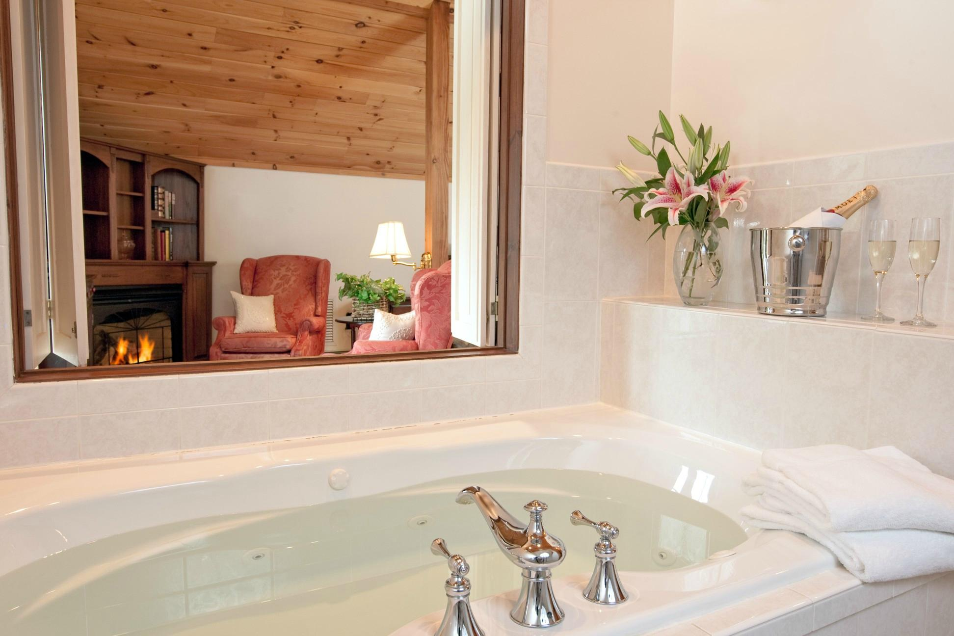 stonecroft-country-inn-jacuzzi-hotel