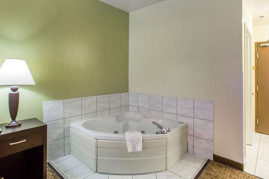 Franklin-Tennessee-hot-tub-suites
